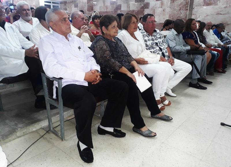 Cabrera Prats (en la izquierda en la foto) en un evento científico del Hospital Provincial espirituano.