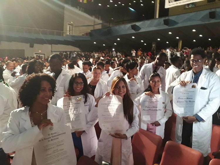 Escuela Latinoamericana de Medicina gradúa cerca de 500 nuevos profesionales