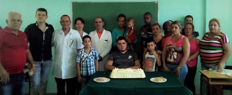 Gracias a las garantías que ofrece para todos los cubanos nuestro sistema de salud, Kevin (segundo a la izquierda en la foto) ha podido sobrellevar su enfermedad.