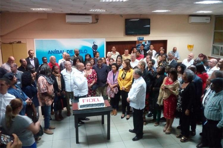 Rinden jóvenes angoleños tributo a Fidel en el aniversario 93 de su natalicio