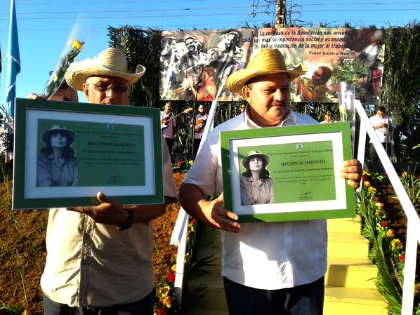 Rafael Santiesteban y Ricardo Monzón recibieron reconocimientos en nombre de la ANAP y del Ministerio de la Agricultura.