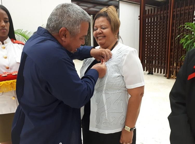 Preside Machado Ventura condecoración a federadas destacadas