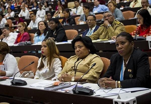 Asisten Raúl y Díaz-Canel a sesión extraordinaria del Parlamento