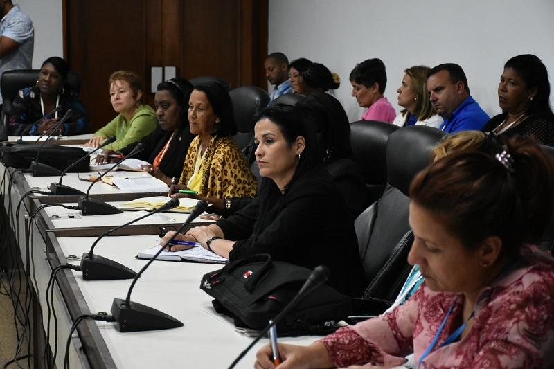 Debaten parlamentarios cubanos sobre igualdad de género y contaminación sonora