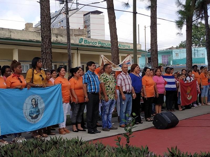 Abanderada delegación pinareña al Décimo Congreso de la FMC