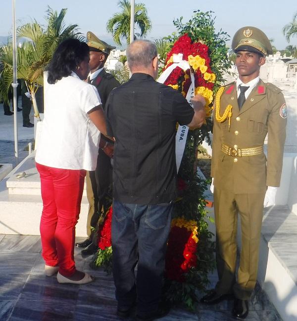 Ofrendas florales de Raúl y Díaz-Canel a mártires de la Patria