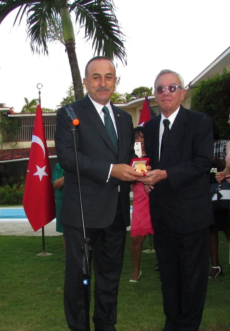Condecorado Eusebio Leal con la Medalla al Servicio Distinguido