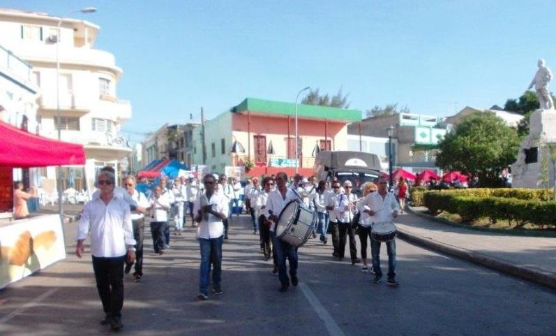Flores para Perucho Figueredo en Santiago de Cuba