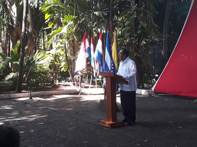 Recibe embajador de Venezuela en Cuba firmas de solidaridad con la nación sudamericana