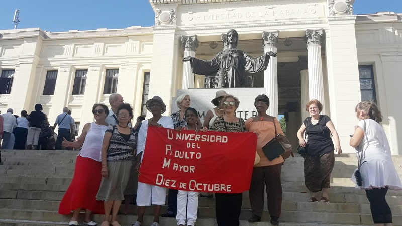 Alumnos del Cátedra del Adulto Mayor junto al Alma Máter.