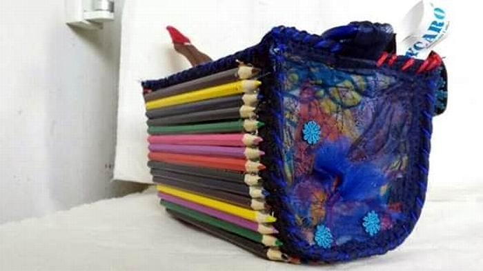 Bolsos confeccionados con los lápices que niños y también diseñadores emplean para colorear o perfilar imágenes