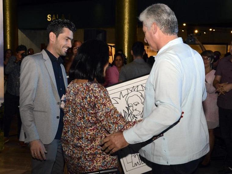 Asiste Díaz-Canel al acto de entrega del Premio Maestro de Juventudes