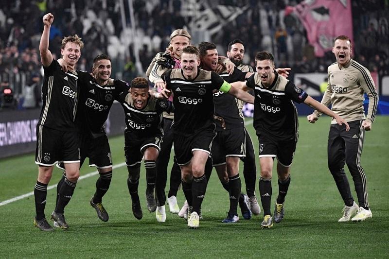 El Ajax se da un baño de fútbol total en Turín
