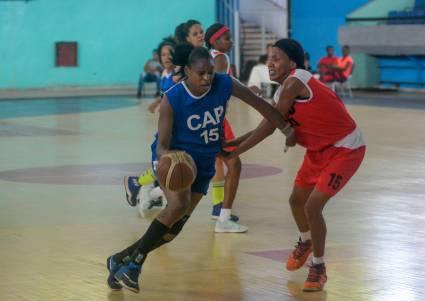 Capitalinas mantiene invicto en la liga femenina de baloncesto