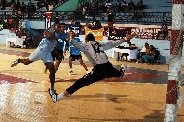 Granma y Holguín inician con éxito Nacional de Balonmano (M)