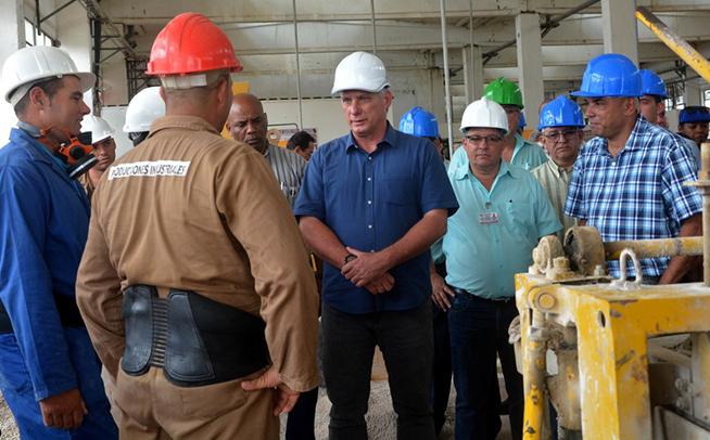 Valora presidente cubano producciones de materiales en Villa Clara