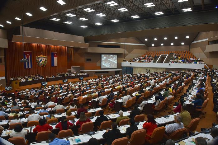Analiza Parlamento plan de desarrollo económico y social hasta el 2030