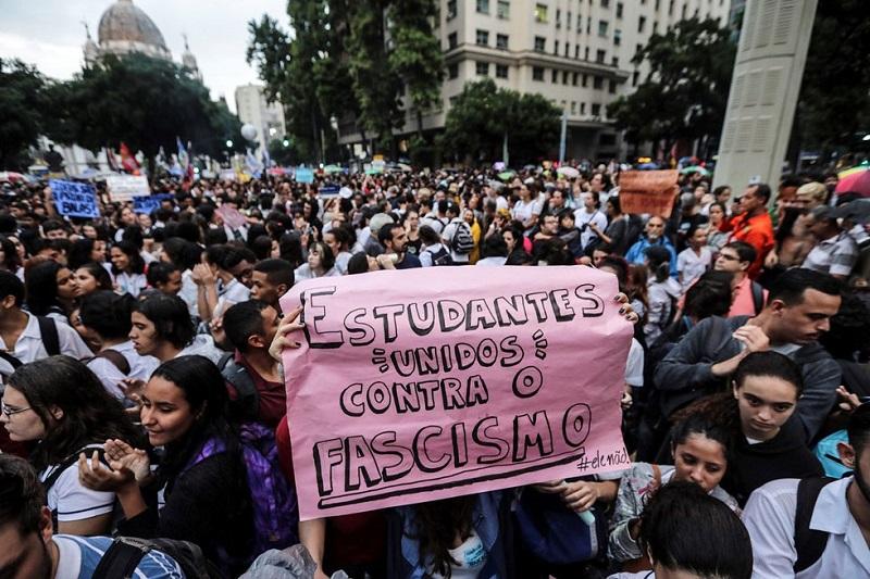 Protestan estudiantes y maestros en defensa de la educación en Brasil