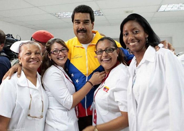 Recibe Nicolás Maduro a un nuevo grupo de médicos cubanos