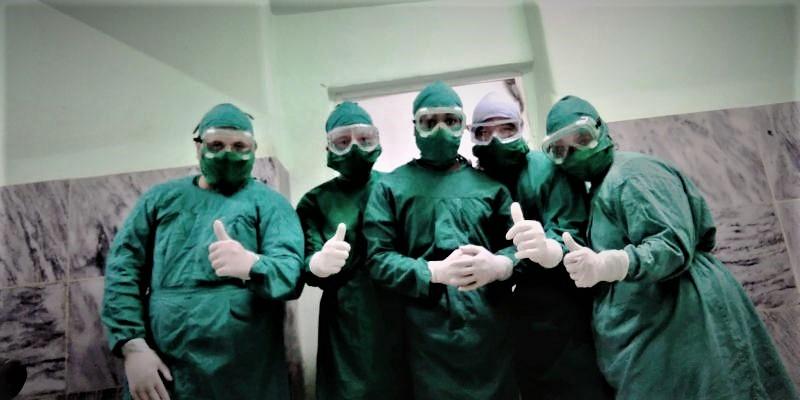 Colectivo de médicos y enfermeros que atienden a pacientes positivos.