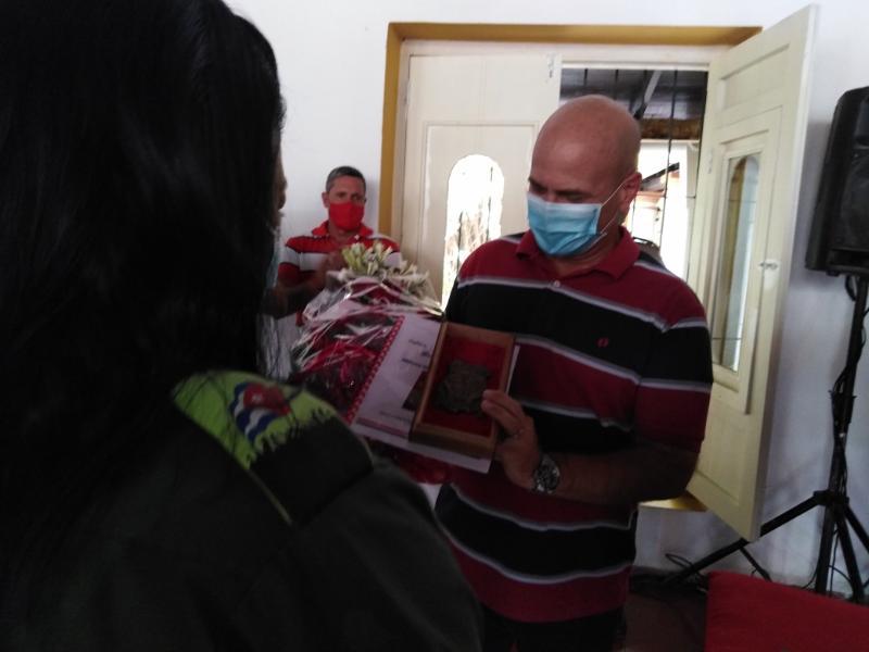 🎧 Confieren réplica del Escudo de Las Tunas a Gerardo Hernández