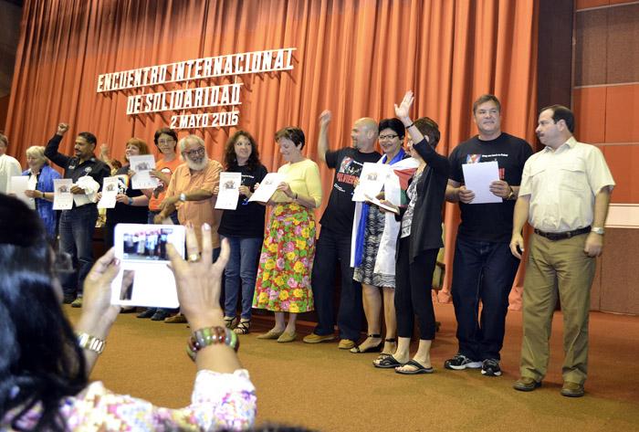 Distinguen Los Cinco a extranjeros que defendieron su causa. Foto: Abel Rojas Barallobre