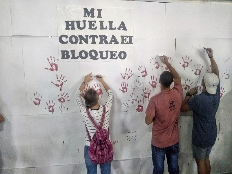 Jóvenes universitarios protestan contra el bloqueo desde las artes plásticas