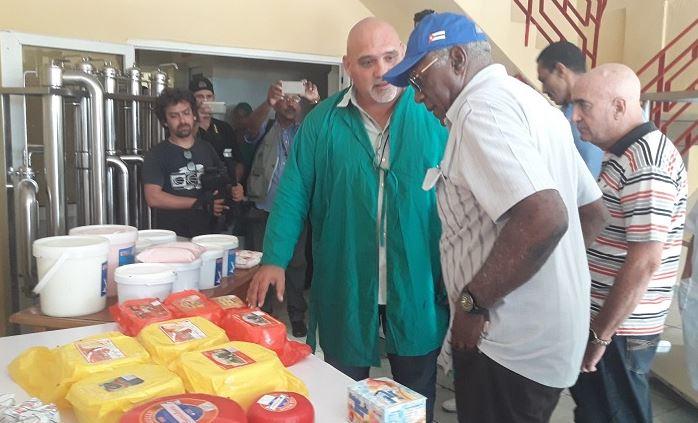 Recorre Valdés Mesa centros de producción y servicios en Camagüey