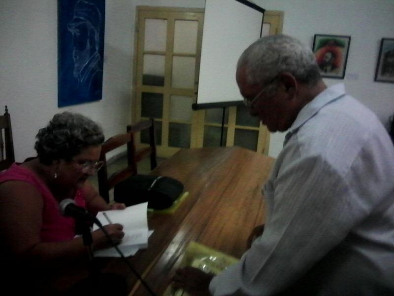 La Doctora Caridad Mason firma libro a Pedro Ross, durante el XI Taller Científico Internacional Primero de Mayo. Foto: Yirian García de la Torre.