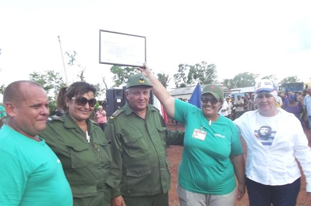 La Empresa Azucacera Camagüey recibe un Reconocimiento Especial por el cumplimiento de las tareas de la recuperación. Fotos: Miozotis Fabelo