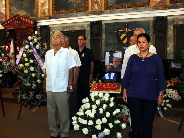 Rinden honor Raúl y Fidel Castro a Juan Nuiry Sánchez. Foto Abel Rojas