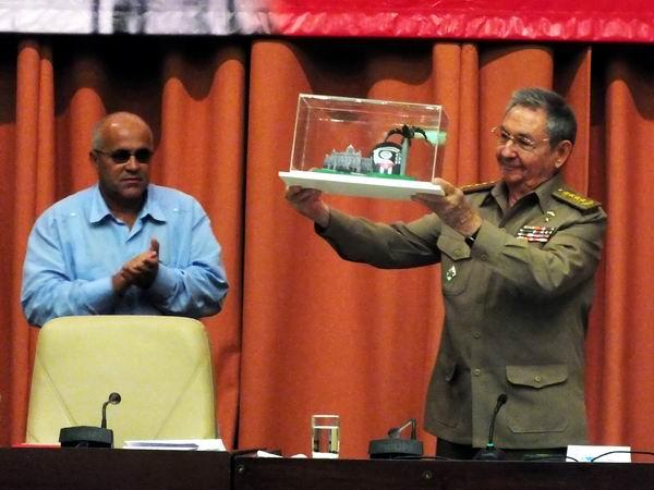 El Premio del Barrio le fue otorgado al Líder de la Revolución Cubana, Fidel Castro Ruz, durante el acto de clausura del VIII Congreso de los Comités de Defensa de la Revolución. El premio fue entregado en manos del presidente de los Consejos de Estado y de Ministros, Raúl Castro Ruz. Foto Abel Rojas