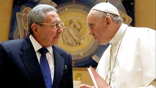 El General de Ejército Raúl Castro Ruz, presidente de los Consejos de Estado y de Ministros, se reunió la mañana de este domingo en Roma con el Papa Francisco en un estudio del pontífice en la Ciudad del Vaticano. Foto: EFE