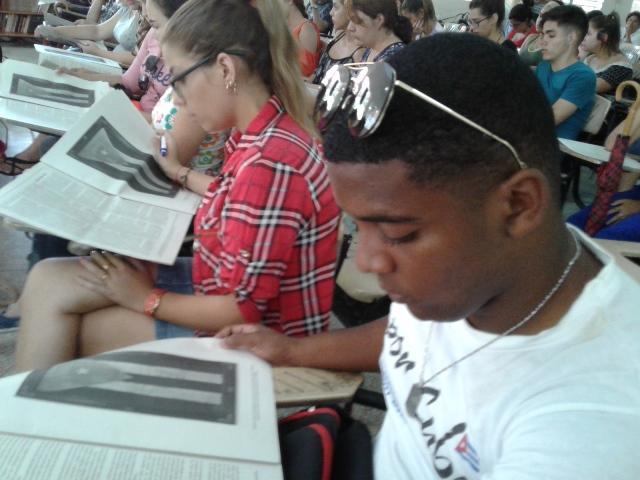 Estudiantes universitarios de Cienfuegos consultaron la Constitución