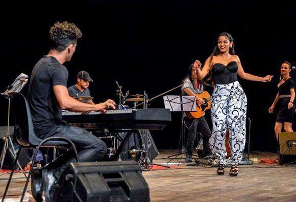 Luna Manzanares ilumina con su voz el teatro Tunas-Foto: Yaciel de la Peña
