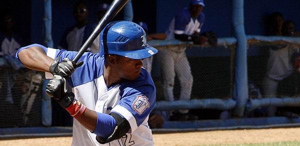 Raiko Olivares impulsó dos para la causa Azul. Foto: Reynier Batista Morales.