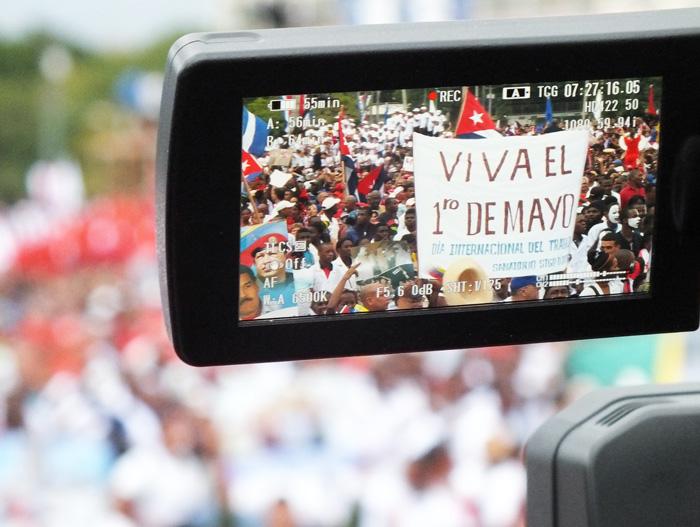 Los cubanos firmes este 1ro. de mayo. Foto: Abel Rojas Barallobre