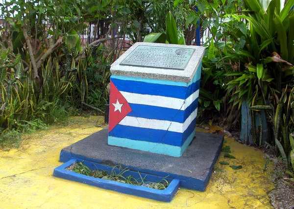 Tarja que rinde tributo al revolucionario cubano Fernando Alfonso Torice. Foto Abel Rojas