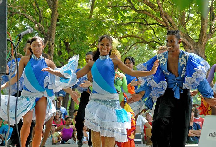 Durante la etapa veraniega es costumbre la llegada de congas, comparsas y bailes en las calles cubanas. Foto: Abel Rojas Barallobre
