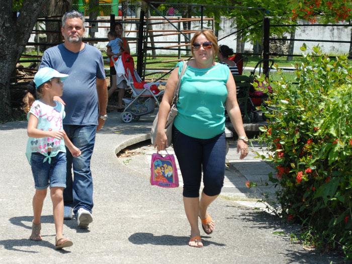 Familia cubana de paseo. Foto: Abel Rojas Barallobre