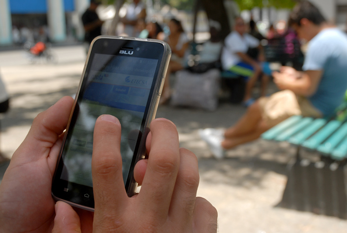 Un regalo de la presente etapa veraniega es la navegación pública a internet bajo la modalidad de Wifi. Foto: Abel Rojas Barallobre