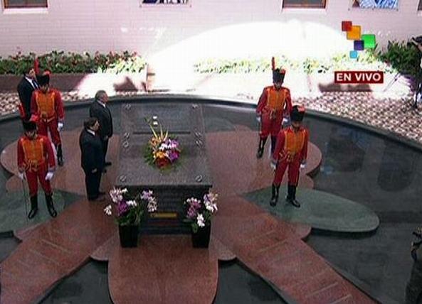 Presidente Raúl Castro rinde homenaje al comandante Hugo Chávez